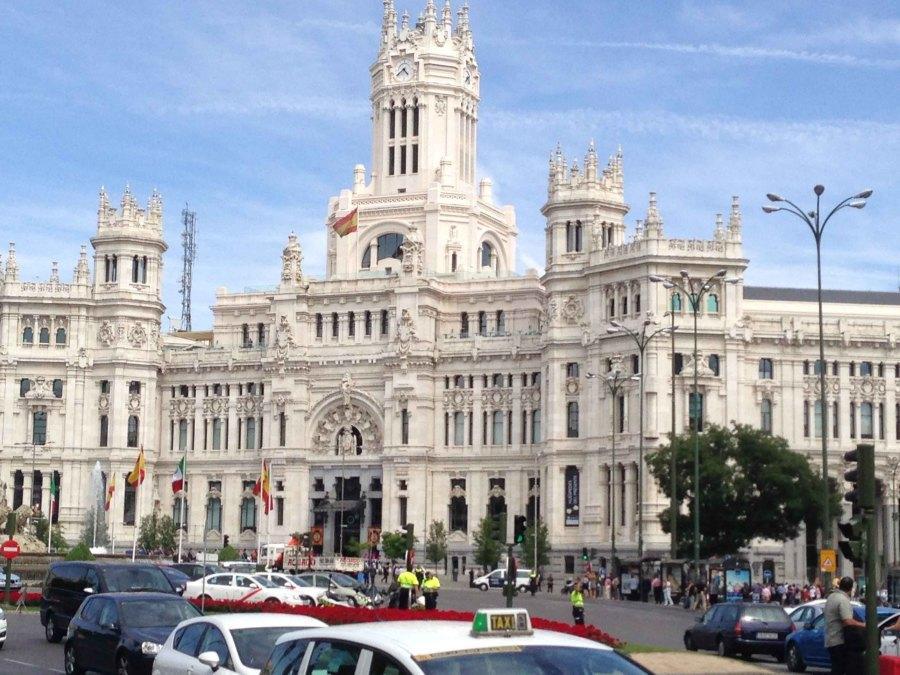 The+Royal+Palace%2C+Madrid++among+a+hub+of+activity.