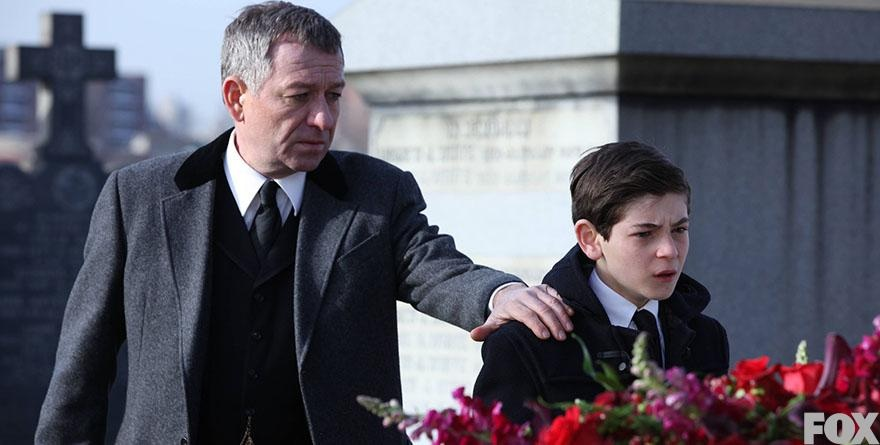 Alfred+Pennyworth+consoles+Bruce+Wayne+at+the+joint+funeral+for+Thomas+and+Martha+Wayne+