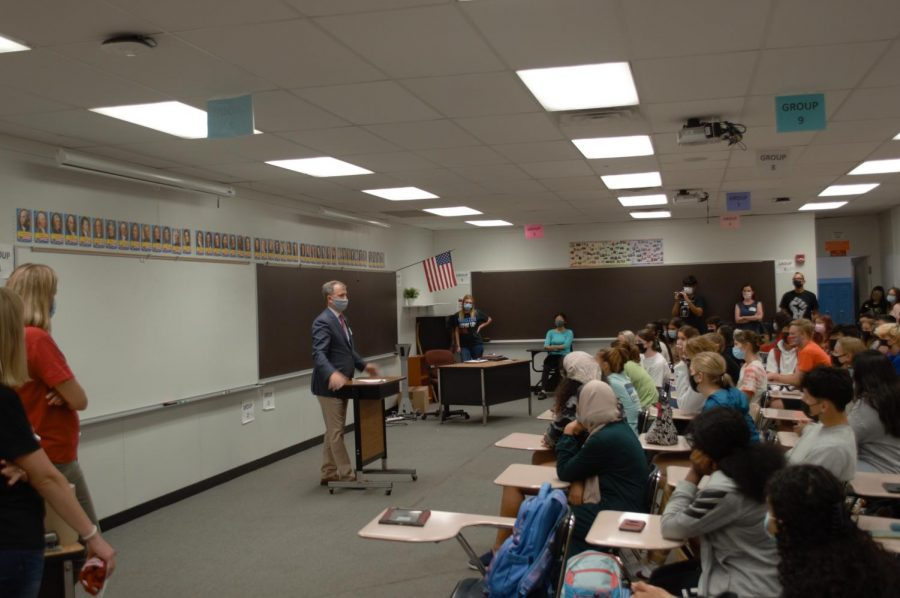 US+Representative+Sean+Casten+speaks+to+PHS+students+about+a+variety+of+current+issues.+The+Pirates+%26+Politics+club+invited+Casten+to+visit+on+Sept+7%2C+2021.